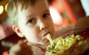 evite-molestias-con-los-niños-al-salir-a-comer-300x199